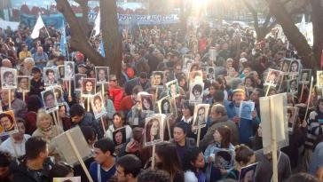 Zahlreiche Angehörige von Opfern der Diktatur in Argentinien und Menschenrechtsaktivisten hatten sich am 26. Juli zur Urteilsverkündung vor dem Gerichtsgebäude versammelt