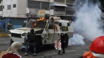 Seit Anfang April kommt es fast täglich zu Gewaltaktionen kleiner oppositioneller Gruppen gegen die Regierung Maduro, wie hier in Caracas