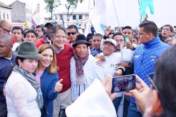 """CREO-Suma-Kandidat Guillermo Lasso beim Wahlkampf-""""Selfie"""" mit Anhängern"""