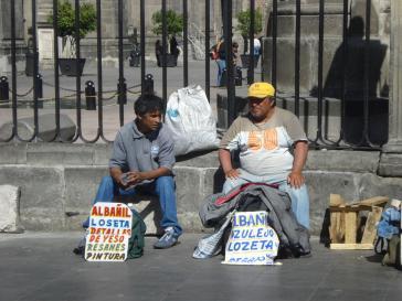 Auf der Suche nach Arbeit: zwei Maurer in Puebla, Mexiko
