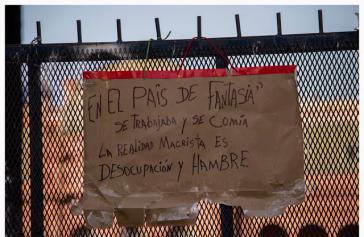 Protestplakat gegen die Politik der Regierung Macri in Argentinien