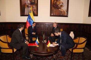 Der Außenminister von Venezuela. Jorge Arreaza (zweiter von links), übergab die Protestnote an den deutschen Botschafter in Caracas, Stefan Andreas Herzberg (zweiter von rechts)
