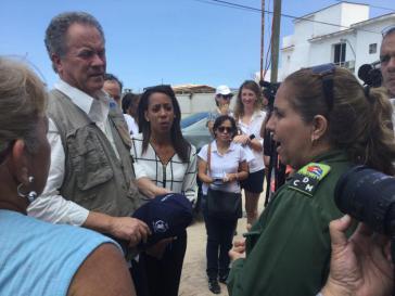 Davis Beasley im Gespräch mit offiziellen Vertretern in Jaminitas, Kuba