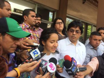 Berta Zúniga Cáceres, die Tochter der ermordeten Aktivistin und der Anwalt Victor Fernández bei der Presserunde vor der Staatsanwaltschaft in Honduras am 17.Mai