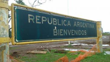 """""""Willkommen in Argentinien"""" - an der internationalen Brücke San Roque González in Santa Cruz. Die Regierung Macri verschärft jetzt das Einwanderungsgesetz"""