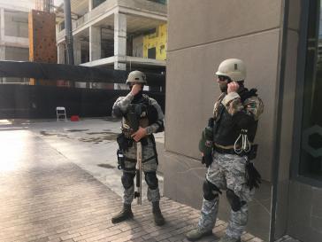 Martialisches Auftreten von Mitgliedern privater Sicherheitsunternehmen rund um die Shopping Mall Ciudadela in der Hauptstadt von Puerto Rico, San Juan