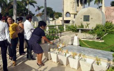 Viele Menschen legten Blumen auf Fidel Castros Grabstätte in Santiago de Cuba
