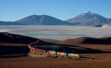 Güterzug in Bolivien. Der Personenverkehr auf der Schiene soll auch wieder ausgebaut werden
