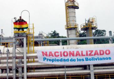 """""""Verstaatlicht"""": Transparent an einer Erdgasanlage am 1. Mai 2006"""