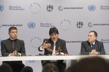 Der Präsident von Bolivien, Evo Morales (Mitte), sein Außenminister Fernando Huanacuni (links) und Boliviens Botschafter in Frankreich, Juan Gonzalo Duran Flores, bei ihrer Pressekonferenz am 12. Dezember in Paris