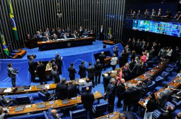 Unter Protesten verabschiedet der Senat ein Gesetz zur Flexibilisierung des Arbeitsmarktes