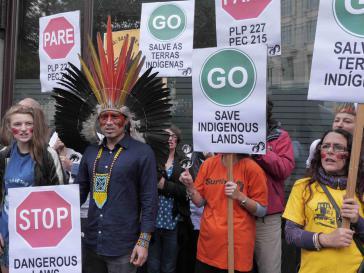 Protest gegen die Gewalt an Indigenen in Brasilien