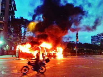 Von oppositionellen Gruppen angezündete Busse im wohlhabenden Wohnviertel Altamira in Venezuelas Hauptstadt Caracas