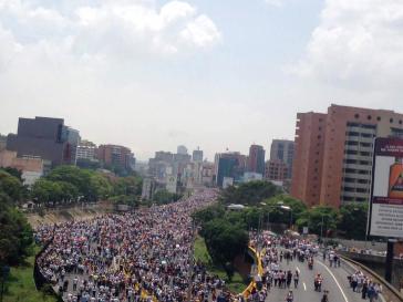 Demonstrationszug der Opposition in Richtung Zentrum auf der Stadtautobahn Francisco Fajardo in Caracas
