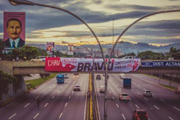 """Chavisten plazierten dieses Transparent an der Hauptverkehrsstraße im wohlhabenden Viertel Altamira in Caracas, einer Hochburg der Opposition und gewalttätiger Proteste: """"Ungestümer Chavismus - Konstituante für den Frieden"""""""