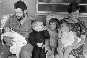 Che, seine Frau Aleida March und ihre Kinder Aleida (links neben ihrer Mutter), Camilo, Celia und Ernesto