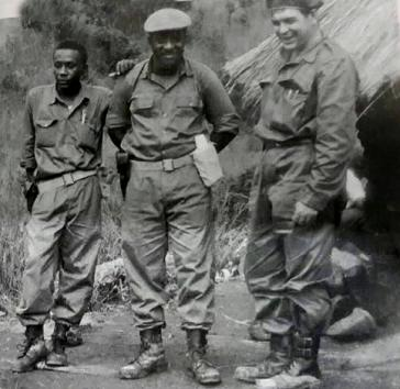 Von links nach rechts: Victor Dreke (Moja), Rafael Zerquera (Kumi) und Ernesto Che Guevara (Tatu) kurz nach ihrer Ankunft im Camp in Tansania