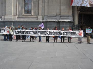 """Frauen in Chile protestieren gegen das Abtreibungsverbot mit diesem Transparent: """"Abtreibung: Wir gebären, wir entscheiden"""""""