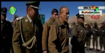Die beiden chilenischen Polizisten wurden von Boliviens Regierung am Grenzort Tambo Quemado an Chile übergeben
