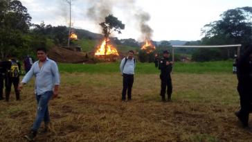 Vertreibung von 80 Familien aus Chab'il Ch'och' in Guatemala. Links vorne der Anführer des Personals der Finca La Isabel, Elias Joel Diaz Guerra. Er führte die Brandschatzung der Häuser an