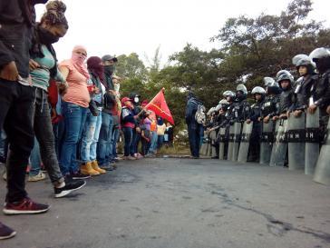 Demonstranten stehen im Stadtteil El Sitio von Tegucigalpa Polizisten gegenüber