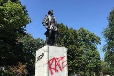 """Inschriften auf der Kolumbus-Statue in Buffalo, New York: """"Völkermord, Vergewaltigung"""". Eine Bürgerinitiative fordert den Abbau des Denkmals und die Umbenennung des gleichnamigen Parks"""