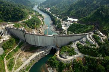 Das Wasserkraftwerk der Talsperre Reventazón kann ungefähr 525.000 Haushalte in Costa Rica versorgen
