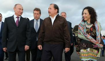 Den USA ein Dorn im Auge: Die guten Beziehungen zwischen Russland und Nicaragua. Der Präsident der Russischen Föderation, Wladimir Putin, bei seinem Besuch in Nicaragua mit Präsident Daniel Ortega und der heutigen Vizepräsidentin Rosario Murillo (2014)