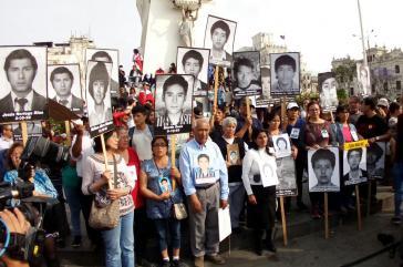 Angehörige der Opfer von schweren Menschenrechtsverletzungen unter Ex-Präsident Fujimori protestieren in Peru gegen dessen Begnadigung