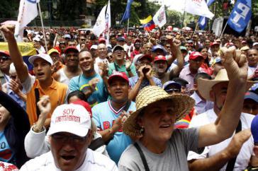 Tausende Menschen begleiteten die gewählten Vertreter der verfassungebenden Versammlung zu ihrer ersten Sitzung
