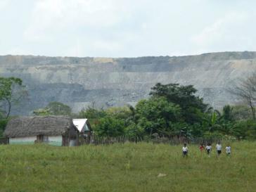 Die Bewohner von El Hatillo werden umgesiedelt. Im Hintergrund sichtbar: Die Calenturitas-Mine
