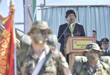 Präsident von Bolivien, Evo Morales, vor Militärs seines Landes