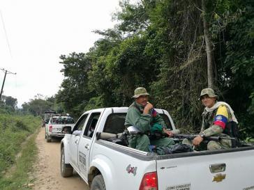Mitglieder einer Farc-Einheit auf dem Weg in Übergangslager in Kolumbien