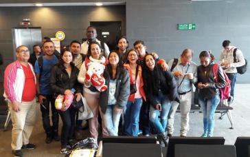 ehemalige Farc-Kämpferinnen und -Kämpfern kurz vor ihrem Abflug nach Kuba zum Medizinstudium
