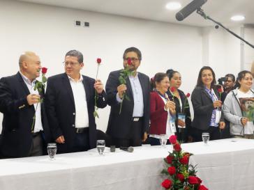 Einige Mitglieder des Zentralen Oberkommandos der Farc auf dem Podium in Bogotá. In der Mitte Iván Márquez