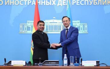 Die Außenminister von Bolivien und Kasachstan, Fernando Huanacuni (links) und Qairat Abdirachmanow am 17. August in Astana