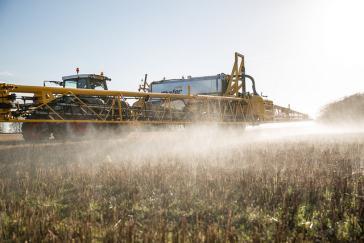 Maschine zum Versprühen von Herbiziden. In Argentinien werden oft auch Flugzeuge eingesetzt
