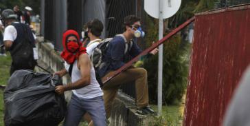 In mehreren Bundeststaaten kam es erneut zu Gewaltaktionen kleiner Gruppen von Regierungsgegnern