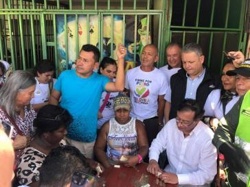 Gustavo Petro (unten rechts) hier bei einem Besuch im Departamento Valle in Kolumbien