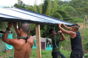 Guerilleros bauen provisorische Unterkünfte in der Übergangszone  Icononzo