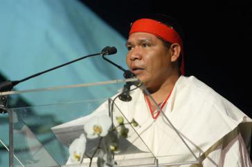 Isidro Baldenegro hält eine Dankesrede
