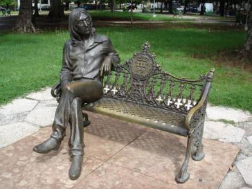 Die Bank mit der von José Villa Soberón geschaffenen Skulptur von John Lennon in Havanna