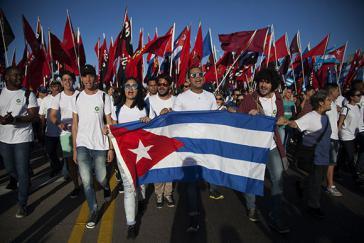 """""""Der Zusammenhalt und das kollektive Handeln sind entscheidend für die Gegenwart und Zukunft Kubas"""". Junge kubanische Aktivisten bei der Demonstration am 1. Mai 2017 in Havanna"""