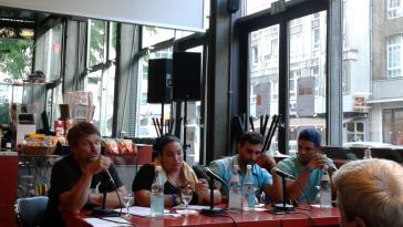 taz-Redakteur Bernd Pickert (li.) mit Teilnehmern des Workshops in diesem Jahr