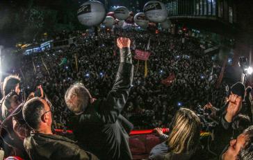 """Tausende Anhänger des Ex-Präsidenten demonstrierten am Donnerstag in São Paulo und anderen Städten Brasiliens unter dem Motto """"Demokratie mit Lula"""""""