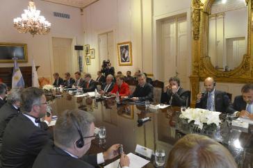Kanzlerin Merkel und Präsident Macri beim Gespräch mit Wirtschaftsvertretern beider Länder am 8. Juni in Buenos Aires
