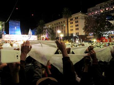 Protestierende halten das weiße Kopftuch hoch, das Symbol des Widerstands der Mütter des Plaza de Mayo