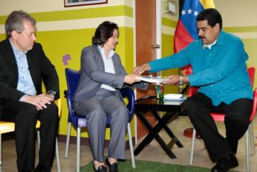 UN-Vertreterin Jessica Faieta übergibt Venezuelas Präsident Maduro den Bericht der Vereinten Nationen über die menschliche Entwicklung 2016