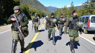 Einheiten der Bundespolizei sperrten das gesamte Gebiet, um die flüchtenden Aktivisten aufzuspüren