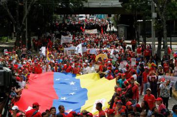 Tausende Befürworter der Verfassungsreform begleiteten die Kandidatinnen und Kandidaten am Samstag zur Einschreibung beim Nationalen Wahlrat